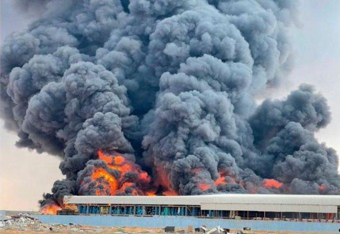 الإمارات.. حريق ضخم في مصنع للإطارات