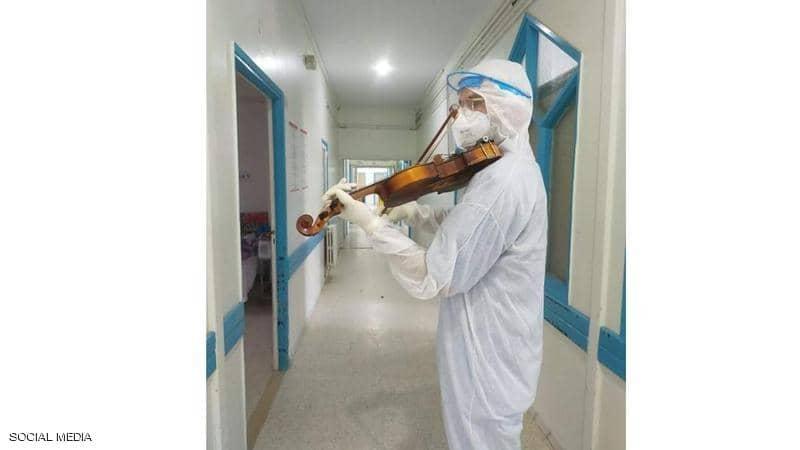 بالفيديو: طبيب يعزف الألحان للمرضى المعزولين..