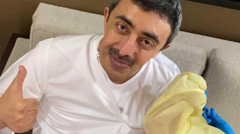 وزير الخارجية الإماراتي يعلن تلقيه لقاحا ضد كورونا