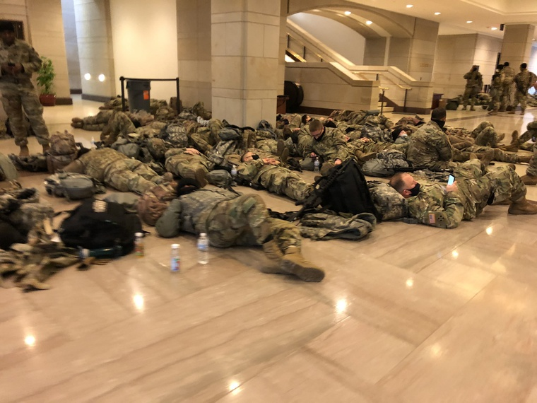 الولايات المتحدة.. عناصر الحرس الوطني ينامون في أروقة مبنى الكابيتول