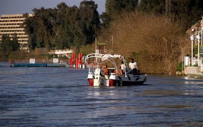إنقاذ عائلة بعد انقلاب زورقهم في نهر دجلة