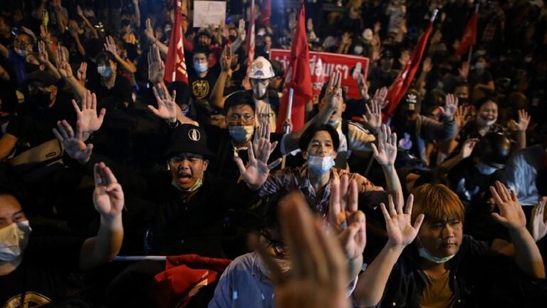 محتجون في تايلاند يطالبون بإطلاق سراح قادتهم